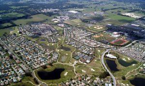 Floridské městečko Villages tvoří především golfová a basebalová hřiště.