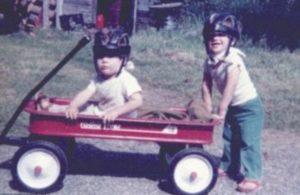 Na fotografii z dětství je Steven Pete se svým bratrem v helmě, kterou musel nosit, aby si nepřivodil zranění, která by necítil.