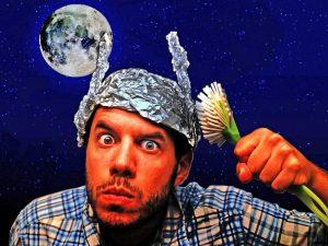 Výzkumy naznačují, že lidé oddaní konspiračním teoriím, mívají poněkud slabší inteligenci.