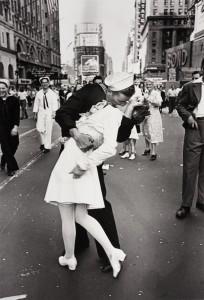 Snímek Alfréda Eisenstadta pro magazín Time obletěl svět. Přesný čas pořízení určili odborníci až loni.