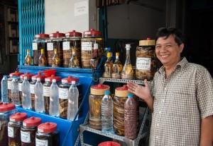 Pokud na tržištích v Thajsku či Vietnamu koupíte pálenku, do její lahve raději nenahlížejte.