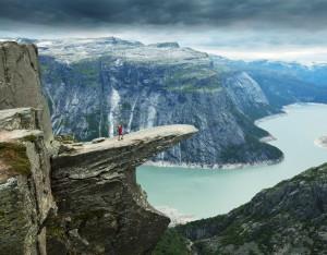 Jedinečný Trolí jazyk se tyčí 700 metrů nad hladinou jezera Ringedalsvatnet.