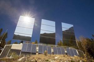 Tři velká zrcadla řízená počítačem odrážejí sluneční paprsky do údolí.
