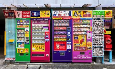 Prodejní automaty v Nagasaki v sousedství chrámu Kofukuji prodávají věřícím modlitbičky zapečené v koláčcích a zámečky pro štěstí.