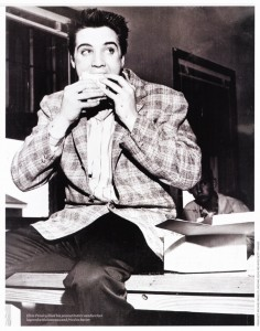 Elvis miloval sendviče už od mládí. Jeho nejoblíbenější byl namazán burákovým máslem, naplněn banány a osmažen na másle.