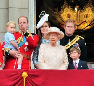 Královna Alžběta pobírá měsíčně 125 milionů korun, princ William 125 000 korun a Harry 120 000.