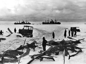 Po přistání u břehů Antarktidy vyjely buldozery upravit terén pro vylodění.