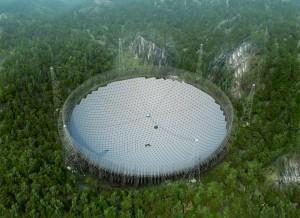 Pro postavení obřího teleskopu museli Číňané odstěhovat jednu vesnici a přesunout milion kubíků zeminy.