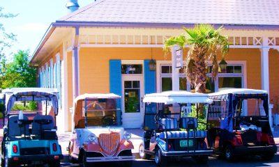 Namísto aut jezdí místní obyvatelé pestrobarevnými golfovými vozíky.