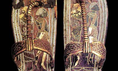 Tutanchamon je pohřben ve zlatých sandálech vyrobených speciálně pro posmrtný život.