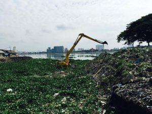 Ničivé záplavy mění příbytky obyvatel Jakarty v hromady suti. Město se ročně potápí minimálně o 7cm.