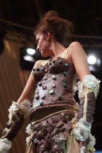 Šaty s vlečkou stříbrem vyšívané to sice nejsou, ale zato mají místo drahokamů skvělé čokoládové bonbóny.