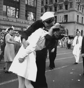 Tentýž snímek ve stejnou chvíli vyfotil i poručík námořnictva Victor Jorgensen.
