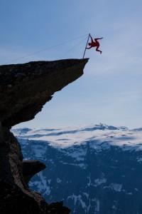 Norský extrémní umělec Eskil Rønningsbakken tady vystřihnul i lidskou vlajku.