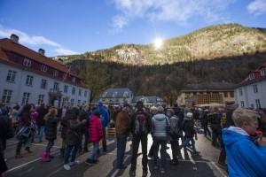 Lidé v temném Rjukanu se tak mohou vyhřívat na slunci v zimním období.