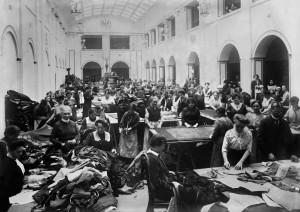 Zatímco muži umírali na frontách světové války, ženy pracovaly v továrnách a v průmyslu.