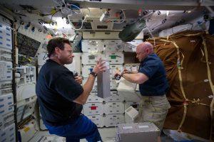 Na palubě ISS jsou vzorky uskladněny a zrání začíná.
