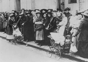 Pokud měly lístky, šly si po práci stoupnout do fronty na výdej potravin.