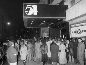 V únoru 1980 čeká Studio 54 závěrečný, rozlučkový mejdan. Poslední sbohem přijde dát Jack Nicholson (*1937) i Sylvester Stallone (*1946).