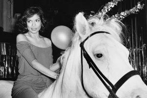 V květnu 1977 přijede Bianca Jaggerová doprostřed parketu na bílém koni.