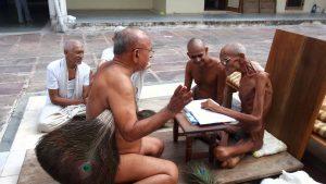 Během závěrečné fáze santhary není hladovějící nikdy sám.