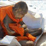 Dvousetletý mnich: Není mrtvý, jen medituje.  Vlastně ne!