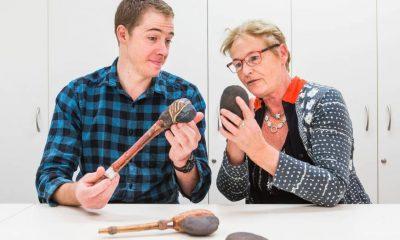 Sue O'Connorová (vpravo) a doktorand Tim Malone společně zkoumají fragmenty nejstarších seker.