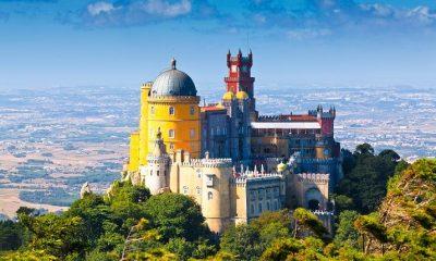 Palác Pena stojí na místě dřívějšího kláštera, který nechal pro řád svatého Jeronýma postavit král Manuel I. Obklopuje ho rozlehlý park plný exotických dřevin.