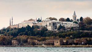 Palác Topkapi je v průběhu staletí rozšiřován a na vrcholu své existence v němž žije až 4 000 osob.