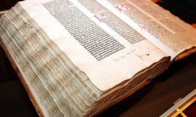 Do dnešních dnů se zachovalo pouze 21 kompletních výtisků Gutenbergovy Bible.