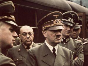 Morell (v pozadí) doprovází Hitlera všude.