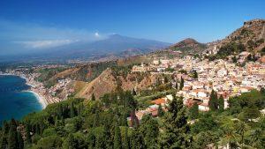 Pohled z vyhlídky nad Taorminou, vzadu dýmající Etna.