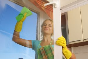 Stejně tak můžeme vyčistit skleněné plochy, když použijeme octovou vodu (1/4 octa na 1l vody)