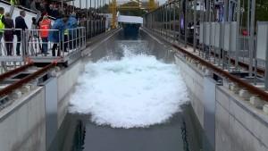 Zahajovací vlna při slavnostním uvedení Delta Flume do provozu.