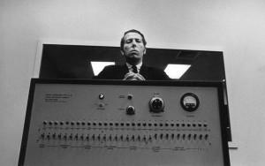 "Stanley Milgram a jeho ""generátor elektrických šoků""."