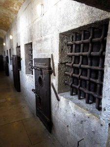 Kobky v podkroví benátského Dóžecího paláce. Cely byly určeny pro vězně z vyšší společenské třídy.