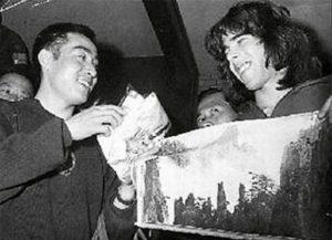 Čuang Ce-tung s Glennem Cowanem a obrázkem Žlutých hor.