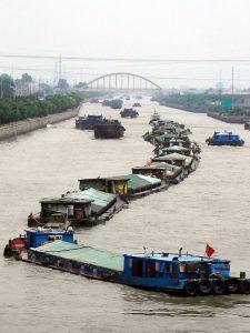 Tisíce plavidel převážejí především volně ložené náklady. Pokud jde o potraviny, především putuje na jih obilí a na sever rýže.