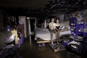 Zatímco někteří obyvatelé uléhají do postele…