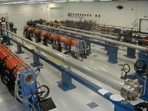 Jednosvazkový obří jódový laserový systém PALS sestává z oscilátoru a řetězce laserových zesilovačů.