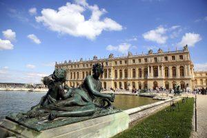 Smrtí Ludvíka XIV. zvelebování zámku nekončí. Jeho pravnuk a nástupce Ludvík XV. zde vybuduje skvostný operní dům a zámek Malý Trianon.