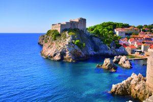 Západně od Starého města se na útesu tyčí pevnost Lovrjenac, symbol Dubrovníku.