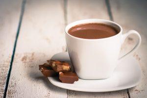 Příprava domácí horké čokolády není nijak složitá.