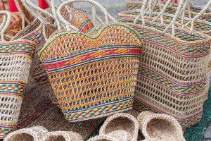 U barvených slámových kabel vyzkoušejte před mytím stálost barev na skrytém místě. Pokud by pouštěly, pak tašku jen vykartáčujte.
