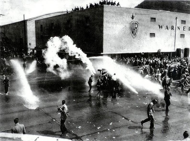 Černý pátek pro Hollywood a mokrý pro 1000 stávkujících.