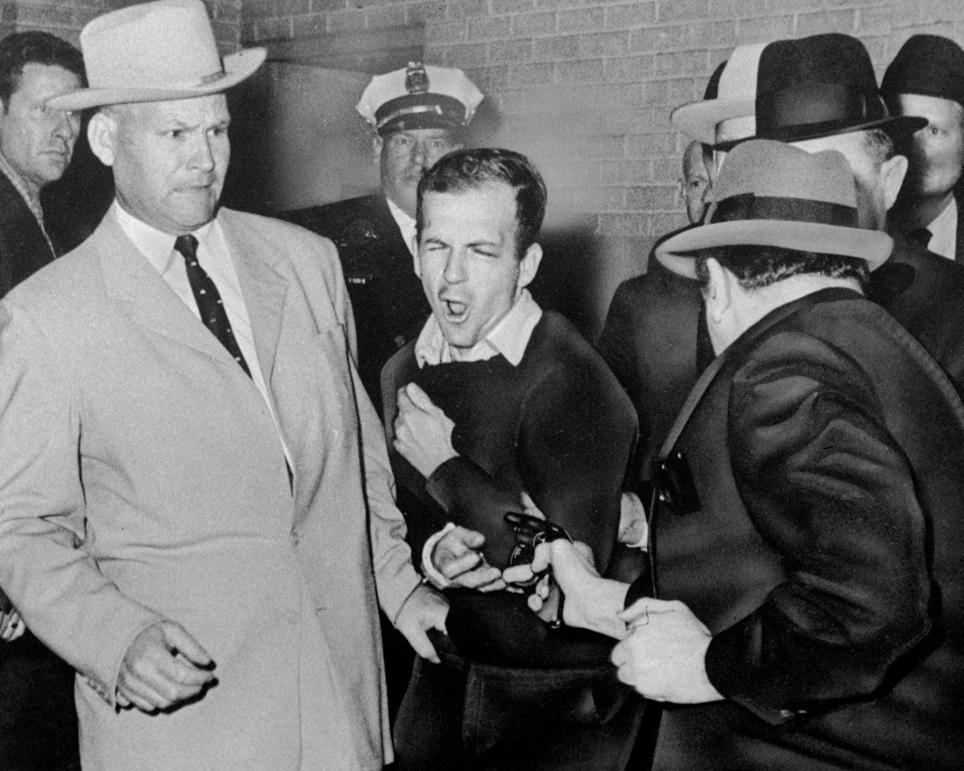 Oswalda zastřelí Jacob Rubinstein.