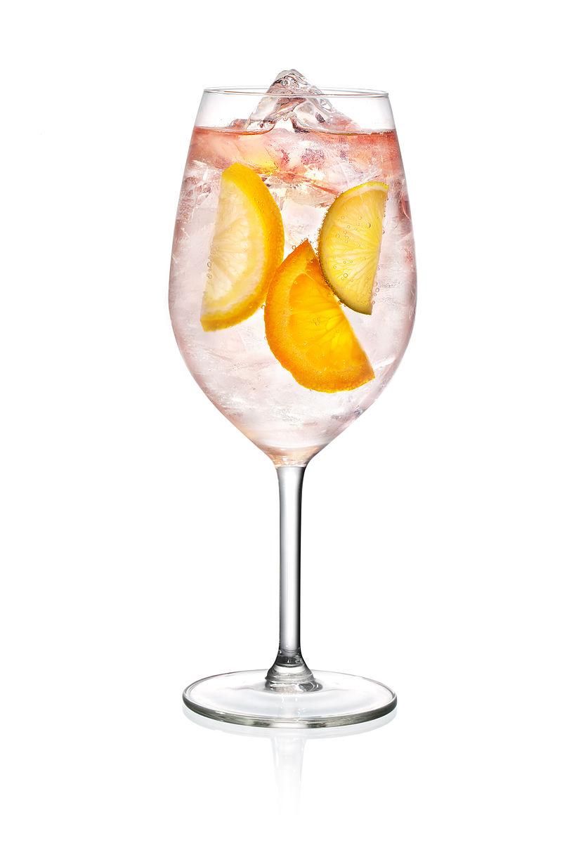 Tvar sklenice má vliv na rychlost, jakou lidé pití konzumují.