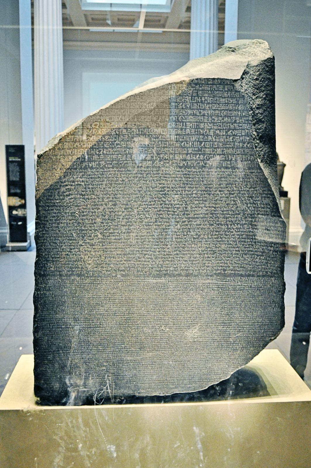 Nález Rosettské desky je neocenitelný. Díky ní bylo rozluštěno hieroglyfické písmo.
