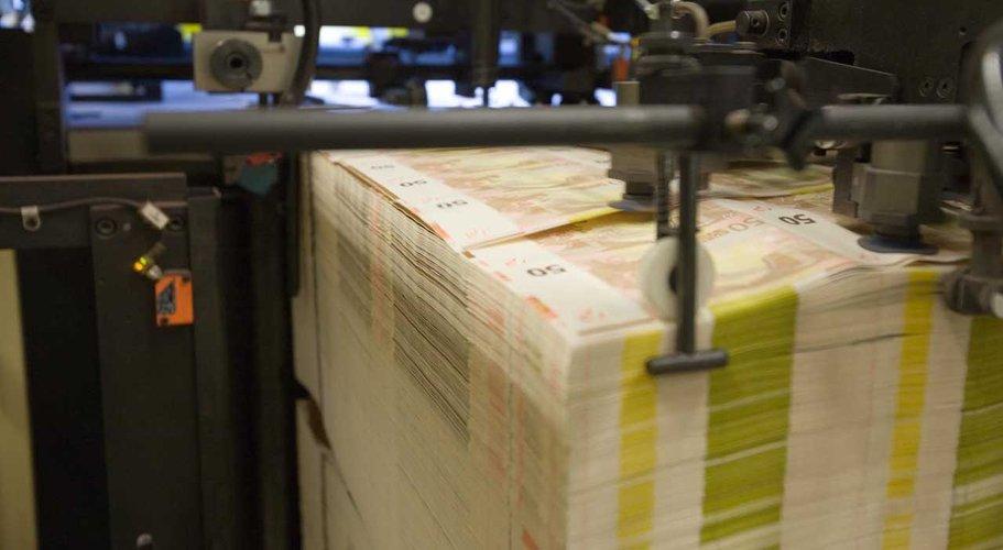 Za hodinu se vyrobí až 120 000 bankovek. Na konci je paleta 50eurovek.