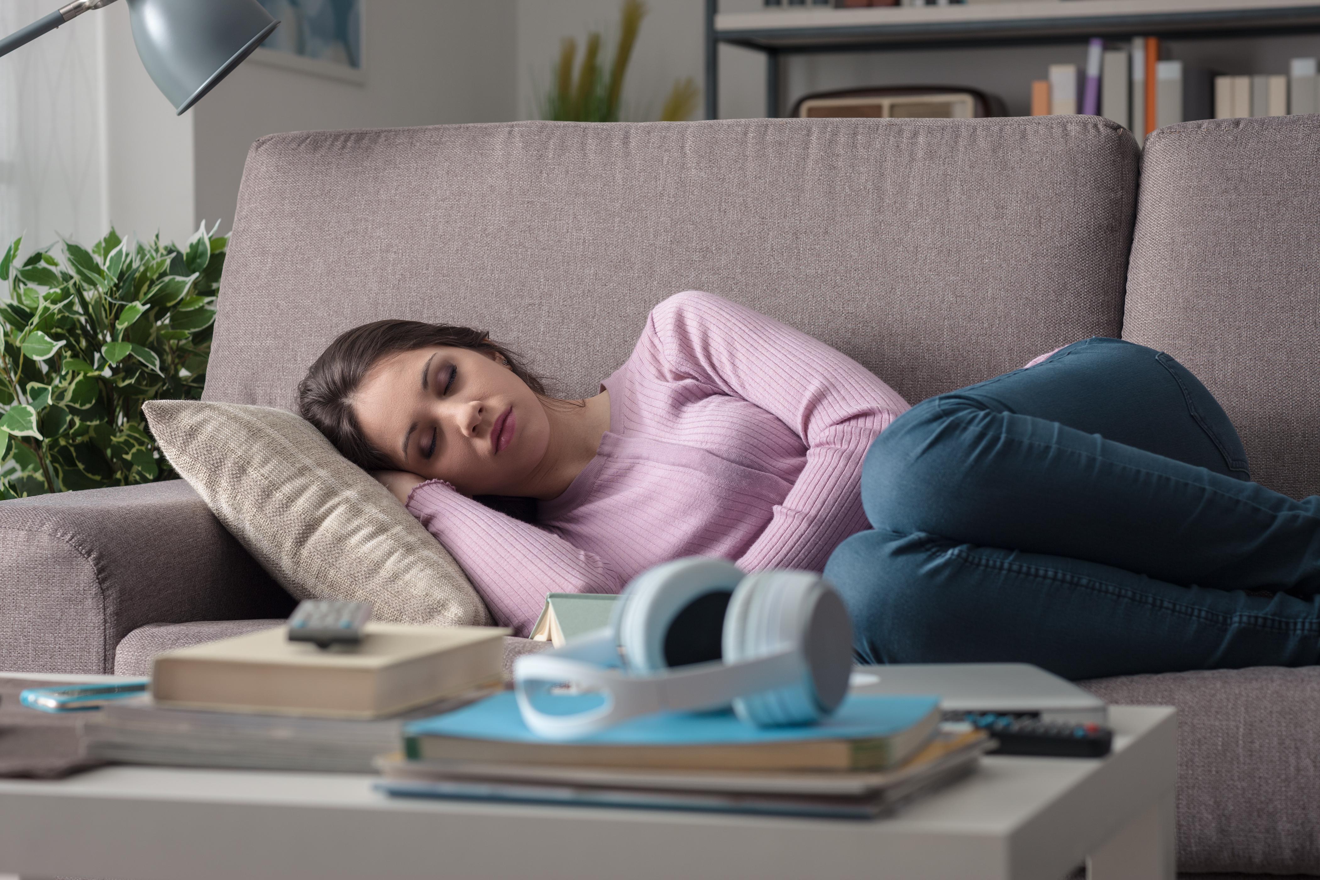 Pocity únavy během dne jsou normální a odkazují na dvoufázový spánkový režim. Někteří lidé je řeší odpolední siestou, jiní kofeinem.